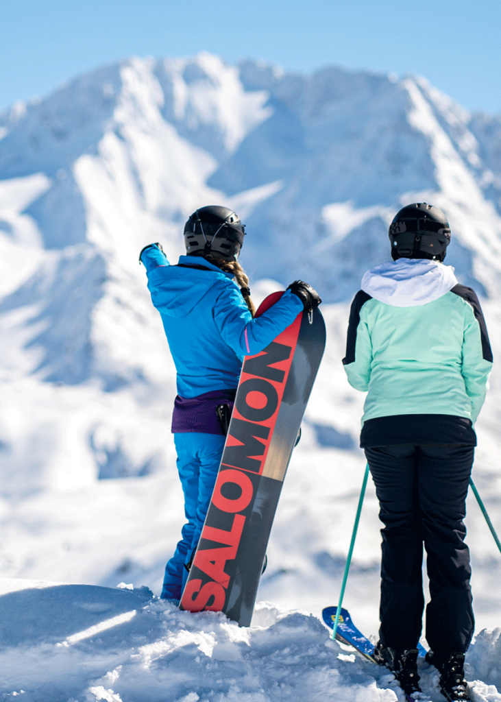Skieurs avec montagne en fond