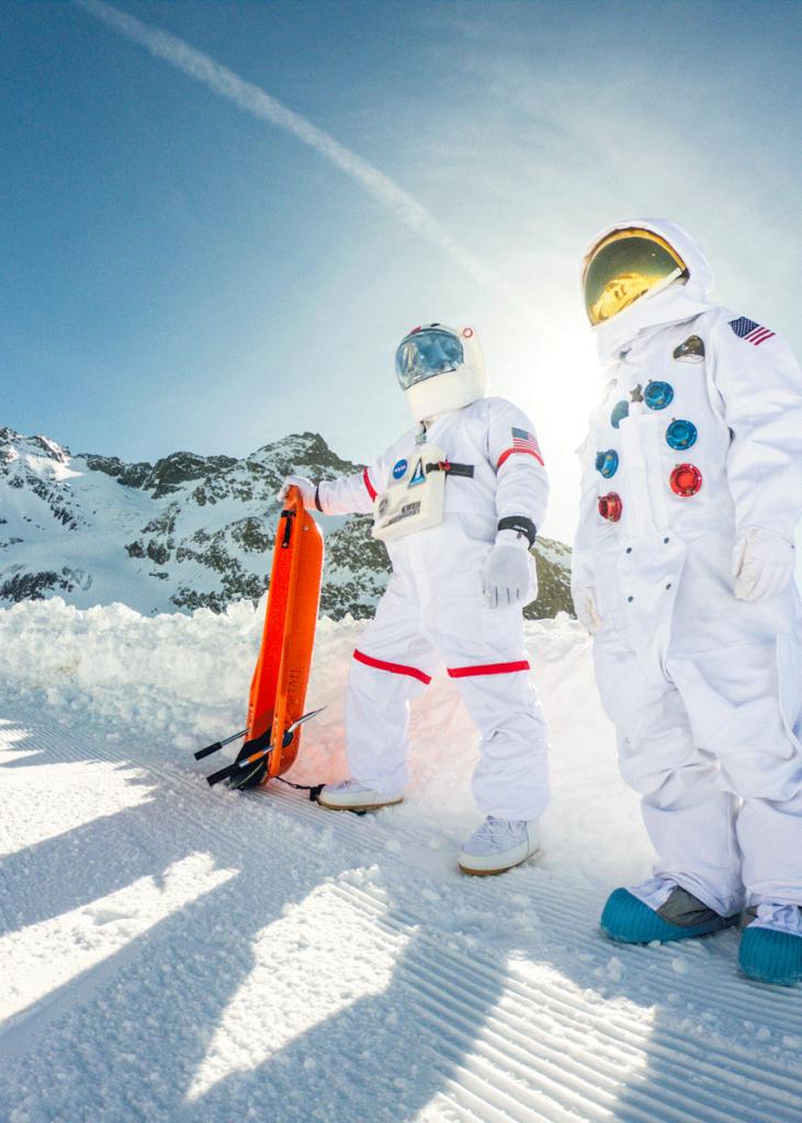 Astronautes debout dans la neige luge